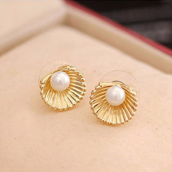 AE49 Shell Design Pearl Stud Earring – Gold